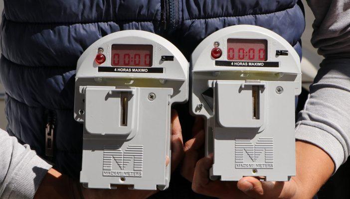 Renuevan estacionómetros antiguos por digitales